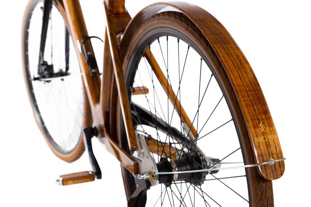 Mestský pánsky drevený bicykel BIKEMI Wooden Gentleman brown hnedý s drevenými doplnkami detail2