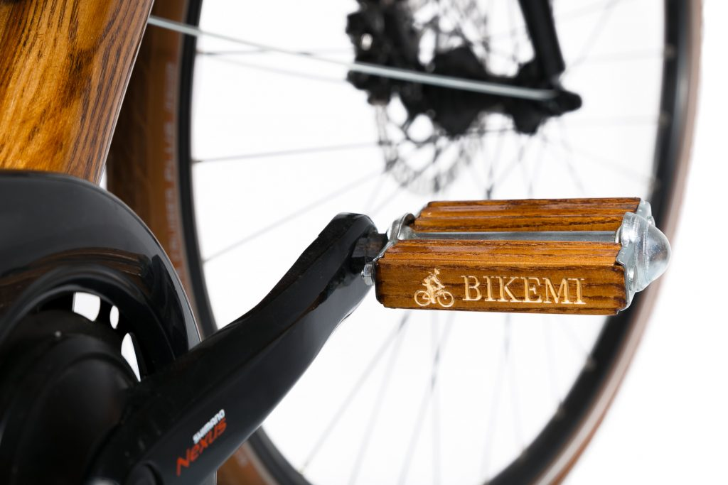 Mestský pánsky drevený bicykel BIKEMI Wooden Gentleman brown hnedý s drevenými doplnkami detail5